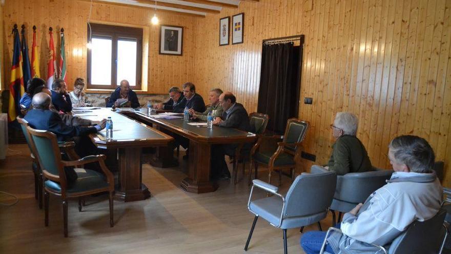 Sesión plenaria en el Ayuntamiento de Galende