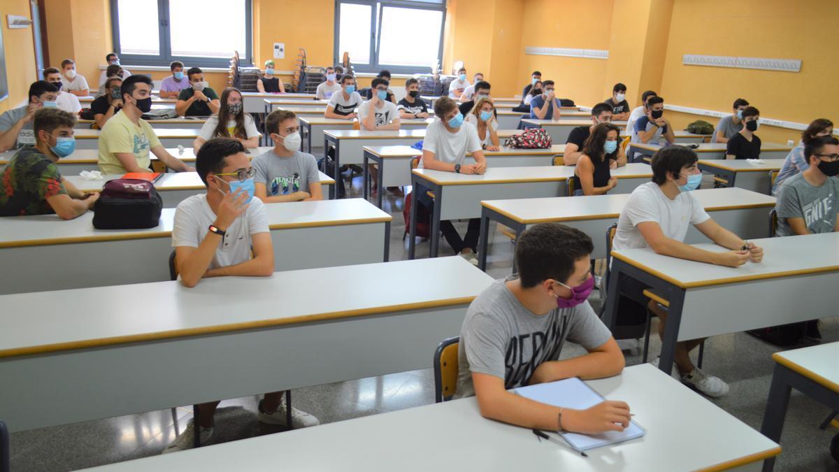 Alumnos con mascarilla en una aula del campus alcoyano