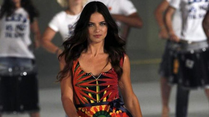 Adriana Lima reina en la pasarela 080 Barcelona Fashion