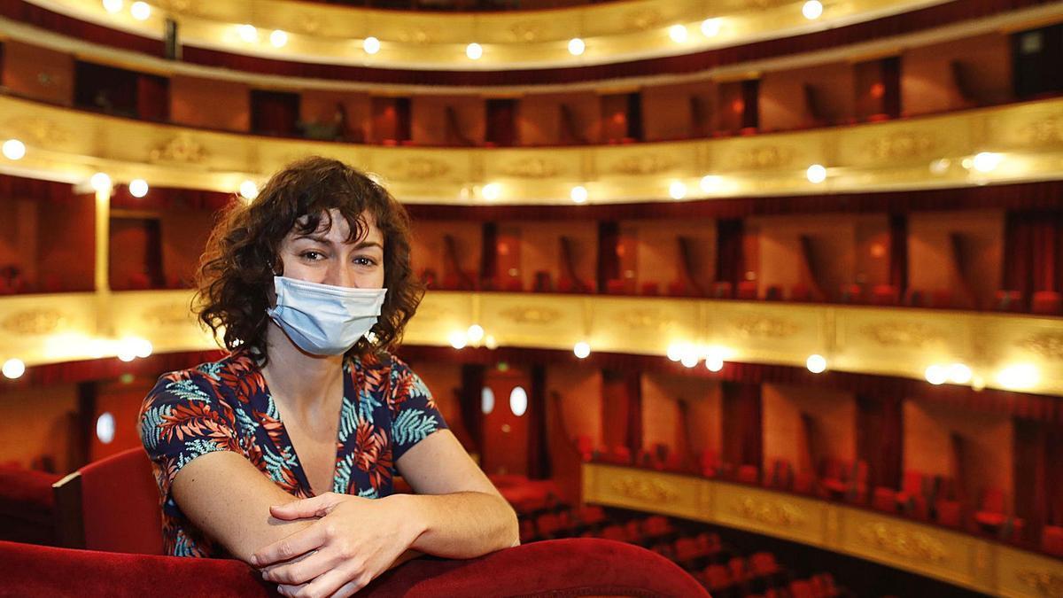 La nova directora del Teatre Municipal de Girona, Elena Carmona.   ANIOL RESCLOSA