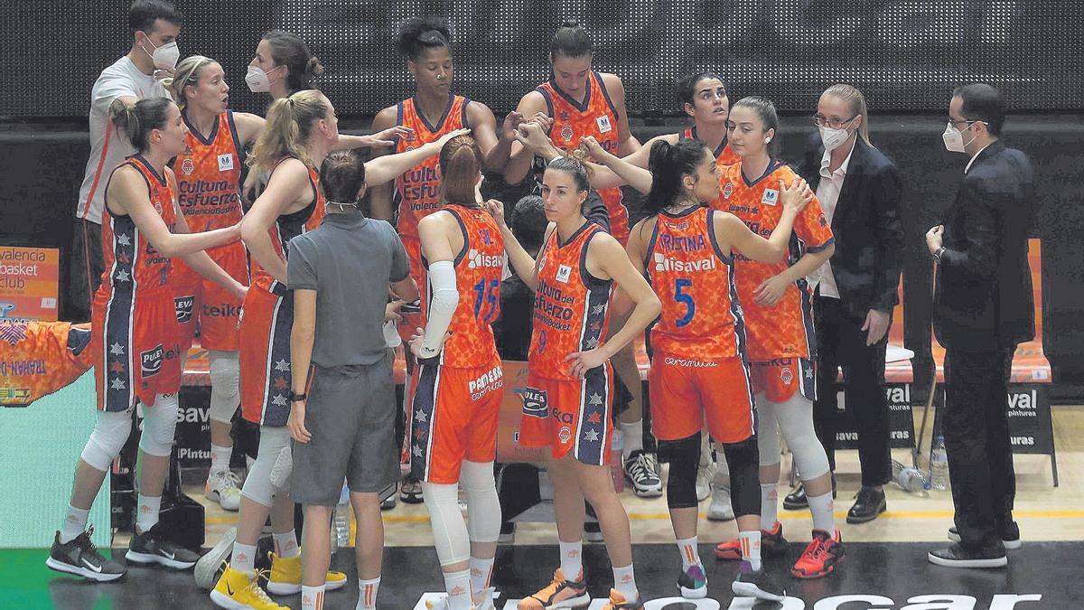 El Valencia Basket celebra su triunfo, que le permite seguir en la lucha por el primer puesto de la Liga.