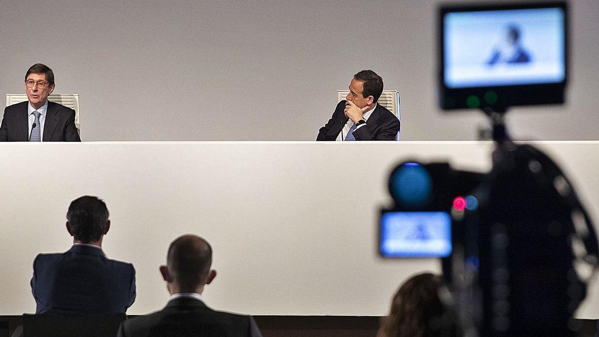 Goirigolzarri (izquierda) y Gortázar (derecha) ayer en el encuentro telemático con los directivos de la entidad.