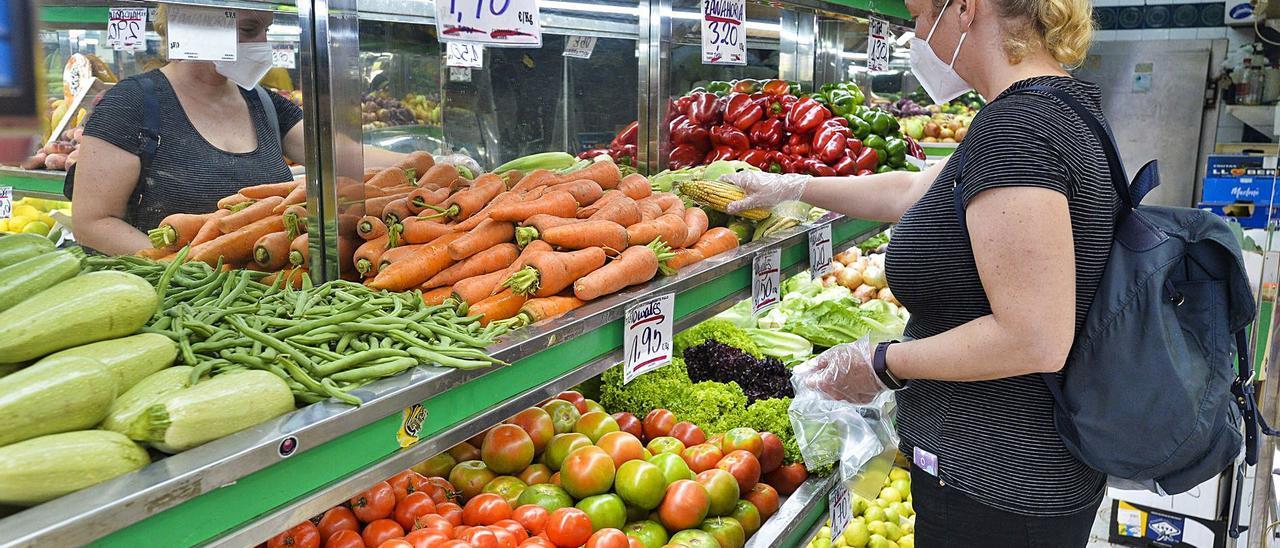 Una mujer compra verduras en la capital grancanaria.