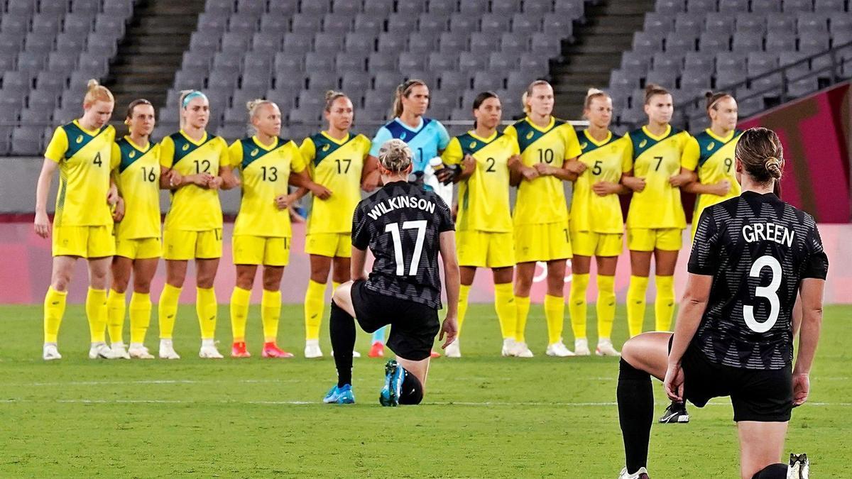 Jugadores de Nova Zelanda, ahir amb el genoll a terra, en el debut a Tòquio