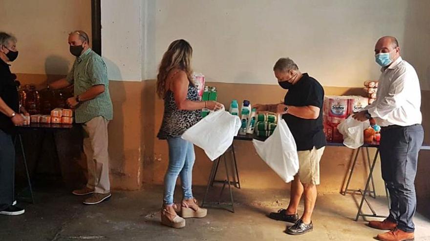 Un colectivo de Torrent lleva alimentos a 30 familias