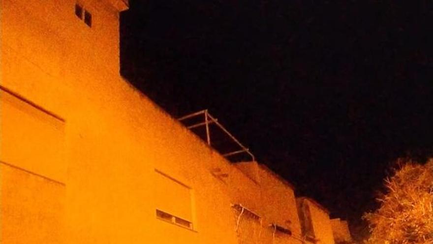 Un ladrón cae al vacío desde un segundo piso cuando huía de la Policía en Los Alcázares