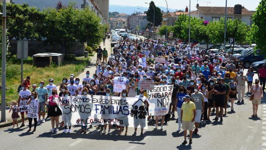 """Masivo apoyo en la calle a familias que afrontan demoliciones """"injustas"""" en el litoral de Cangas"""