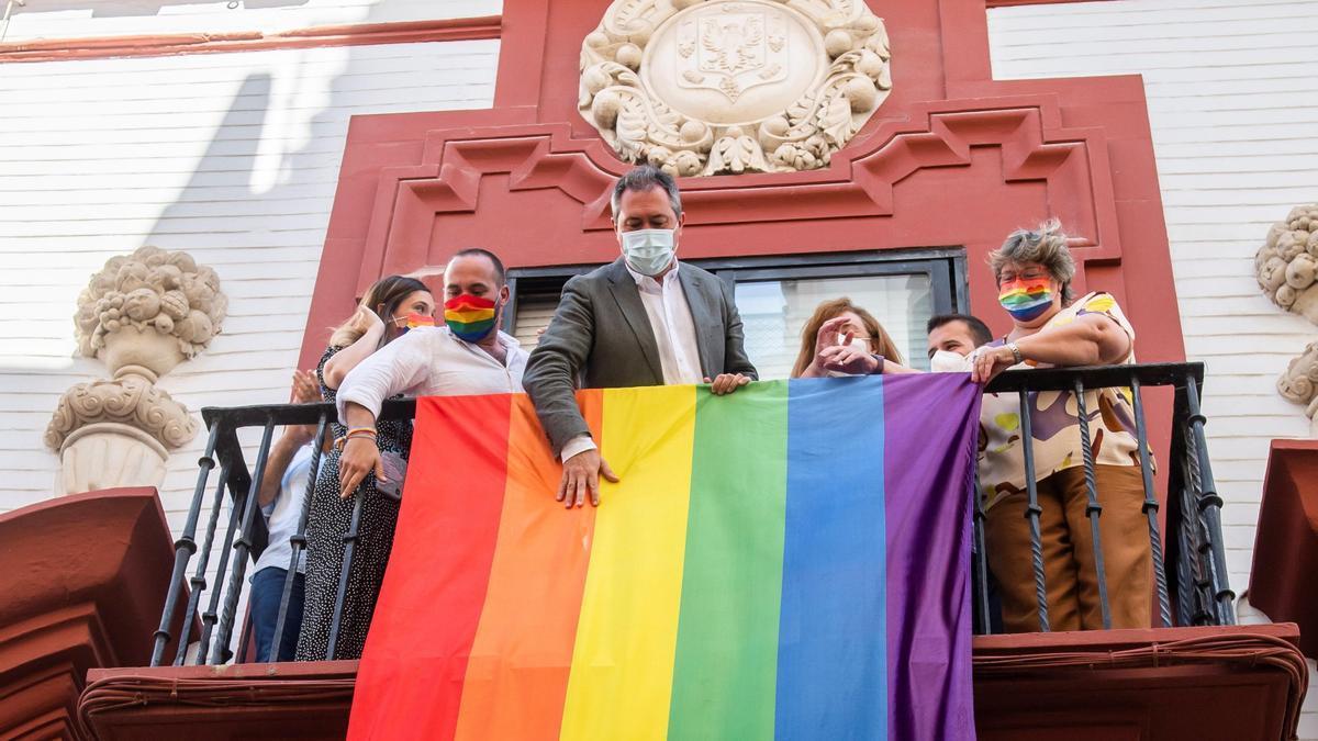 Juan Espadas despliega la bandera arco iris, ayer en la sede del PSOE-A.