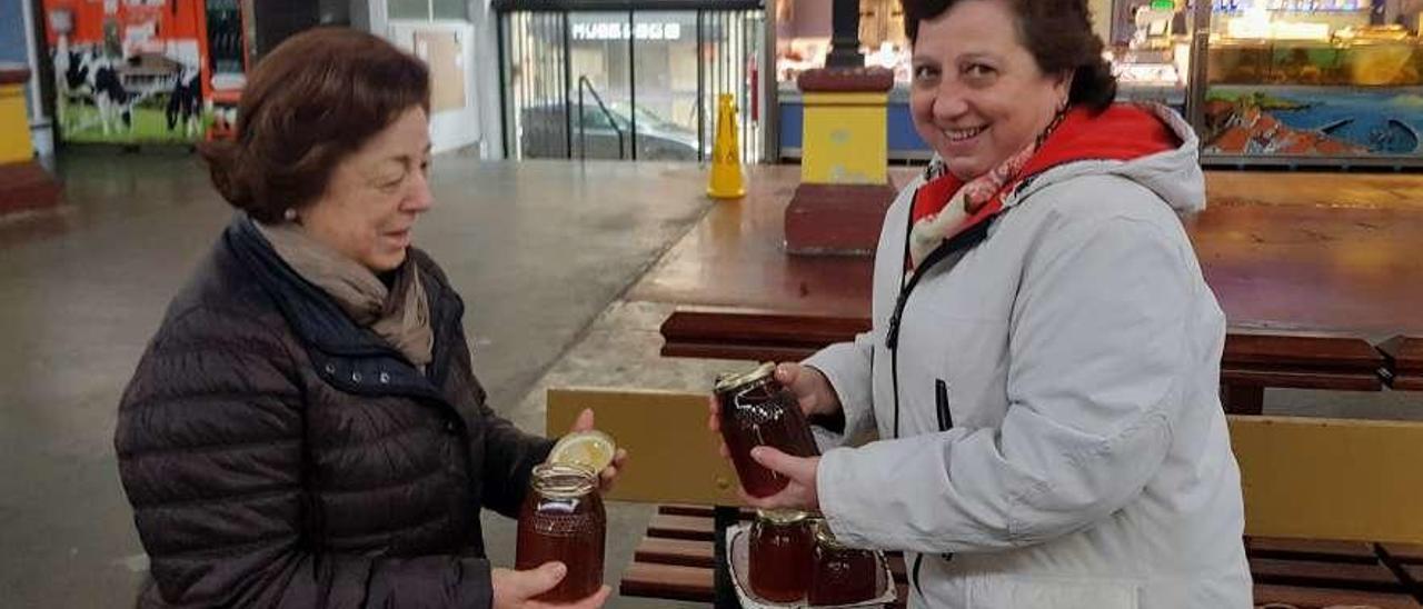 Beatriz Ponga compra miel a Teresa Alonso en la plaza de abastos de Villaviciosa.