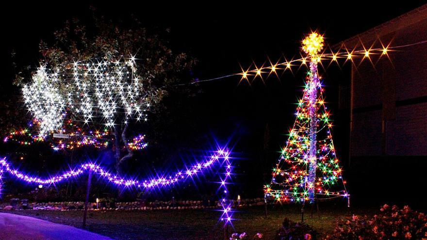 Un joven asturiano se adelanta a la Navidad e instala 20.000 luces en su casa