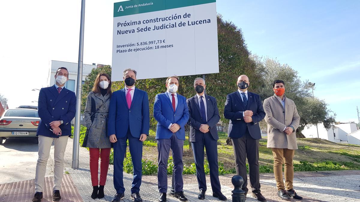 Visita de Miguel Ángel Reyes con autoridades en el solar de la nueva sede judicial de Lucena.