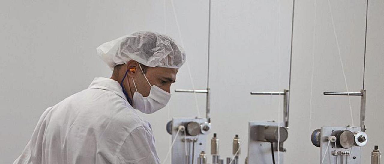 Un operador trabajando en una fábrica textil.  | PERALES IBORRA
