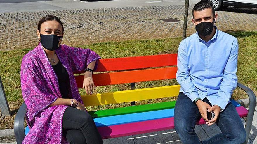 Mos pinta de arcoíris sus bancos