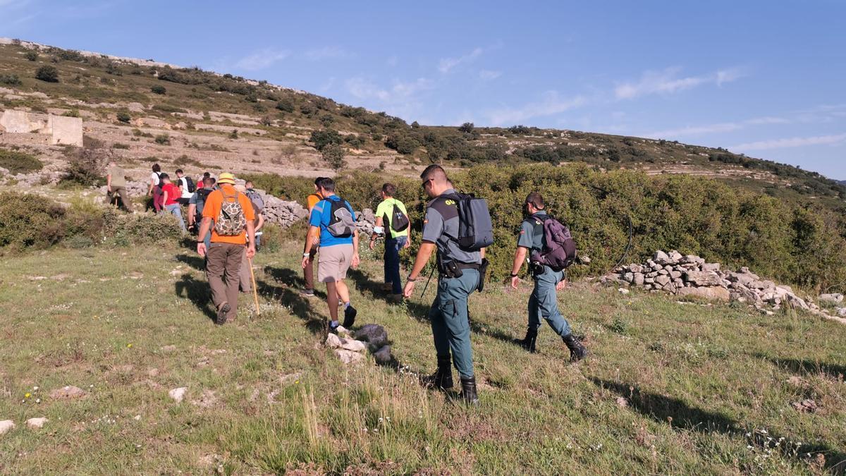 Voluntarios y agentes de la Guardia Civil peinan la montaña este miércoles.
