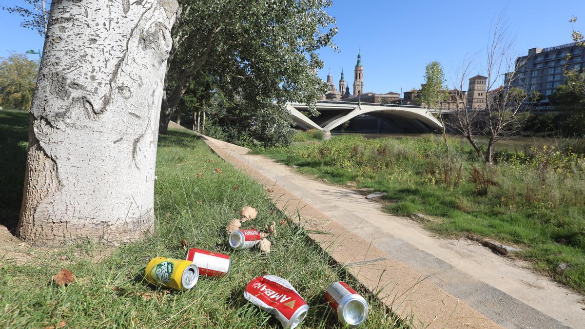 Restos del botellón en la orilla del Ebro del pasado fin de semana, lugar en el que se produjo la intervención policial.