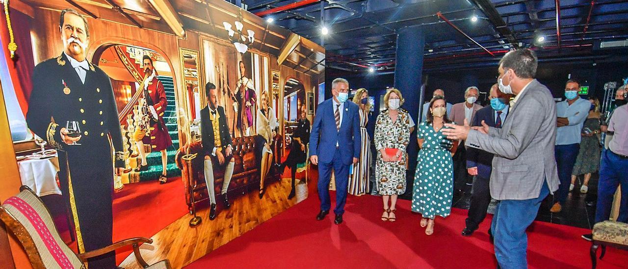 De izquierda a derecha, el director del Museo Elder, José Gilberto Moreno,la consejera de Turismo, Yaiza Castilla junto a la viceconsúl británica Jackie Stevenson.     JUAN CASTRO
