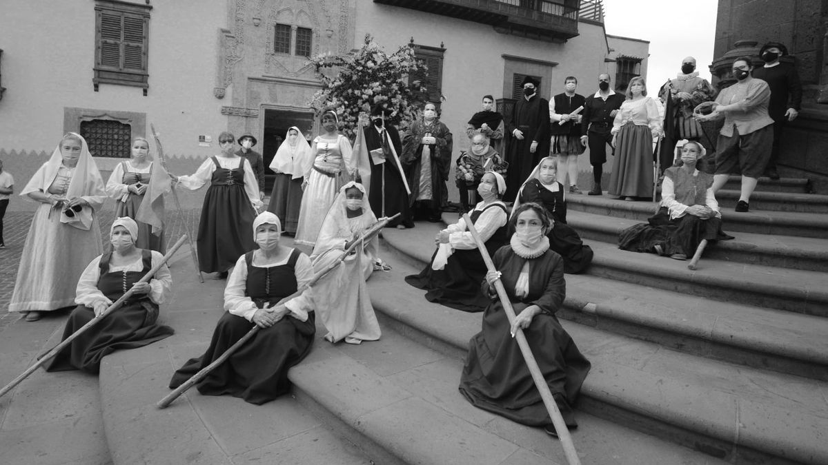 Some of the actors from La Batalla de Las Palmas dressed in period costume