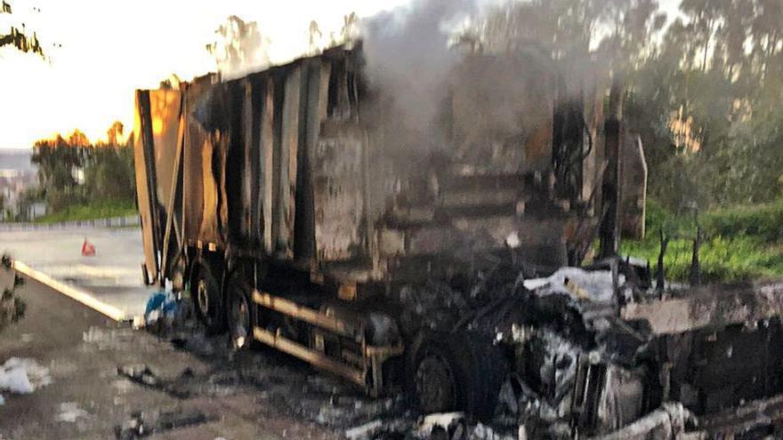 El fuego destruye un camión de la basura en Bens