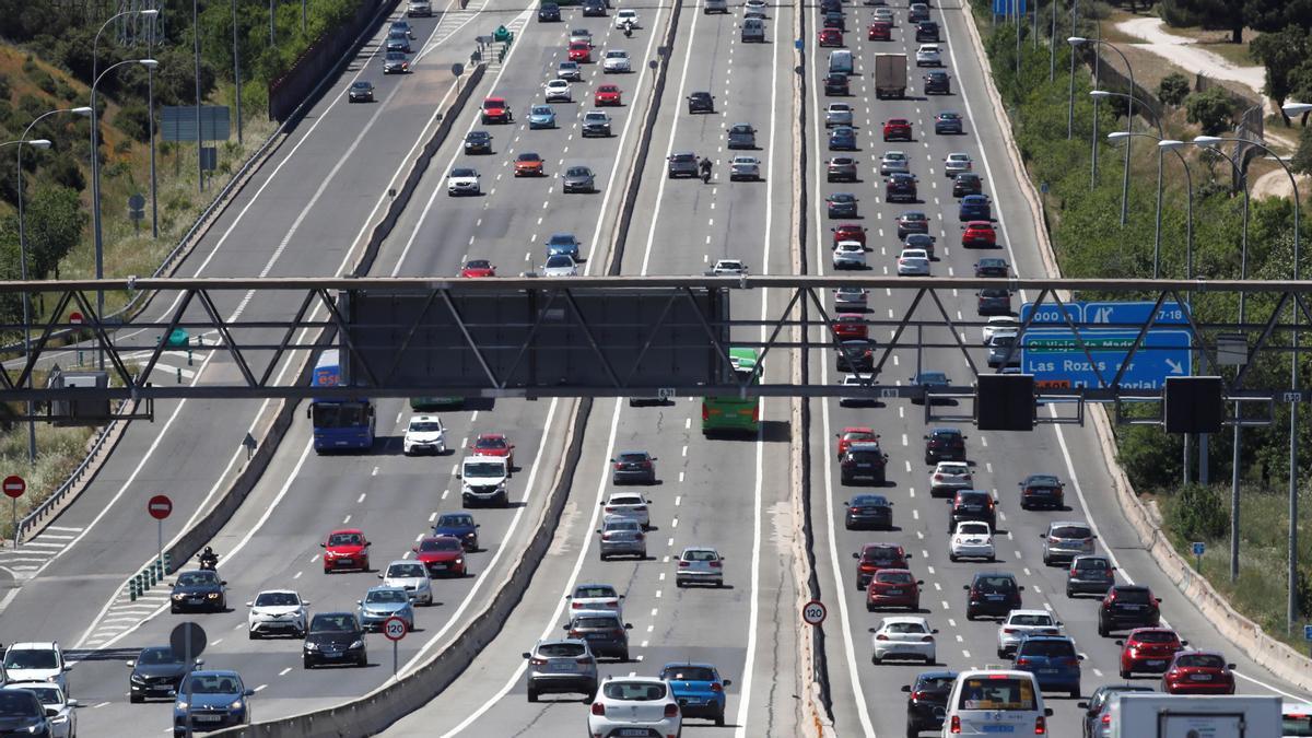 Colas de vehículos en una autopista.