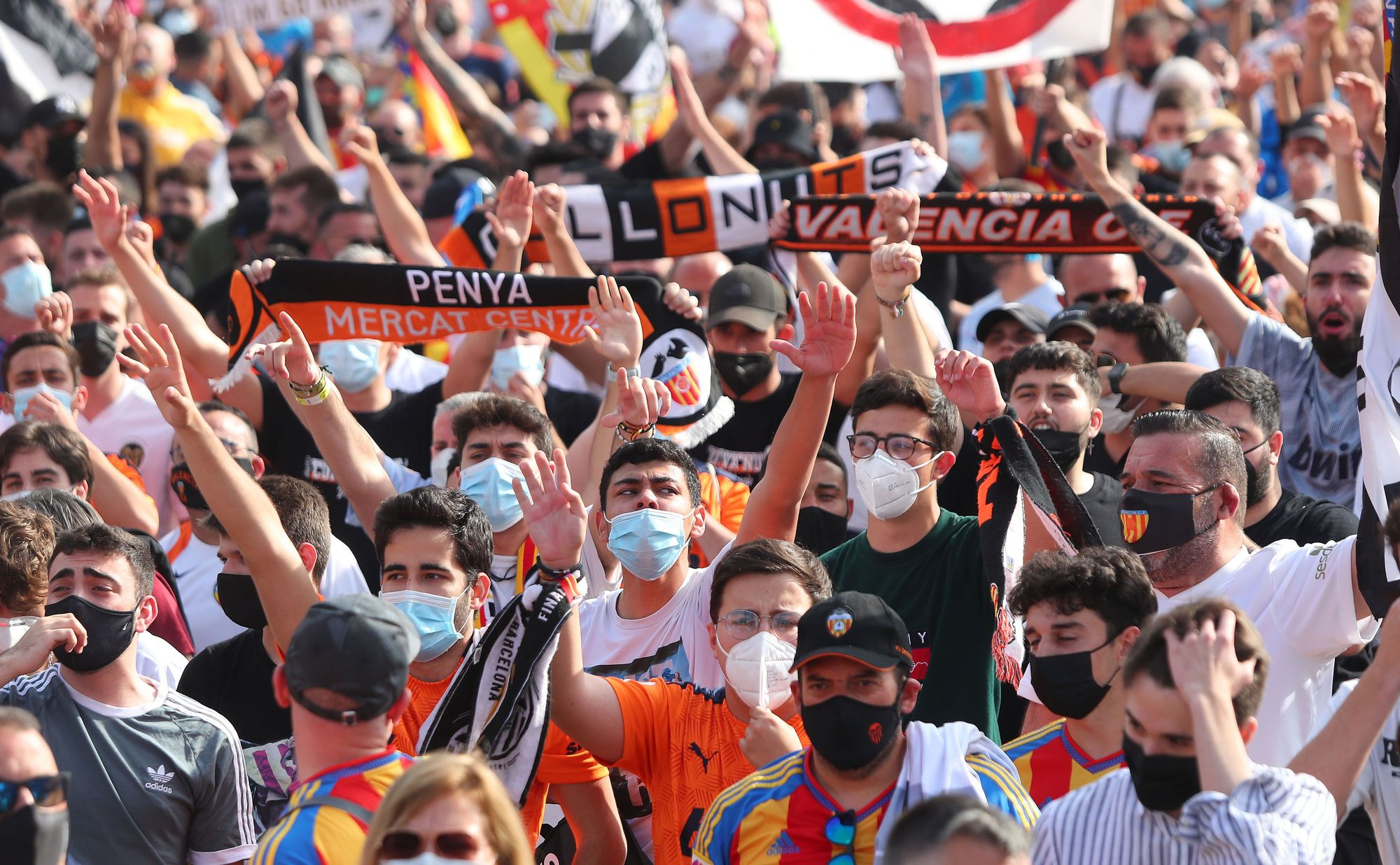 Las imágenes de la marcha de la afición valencianista contra Lim