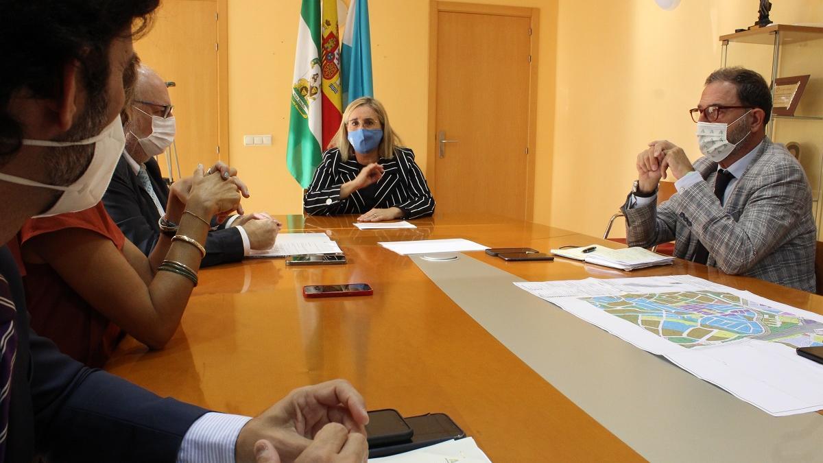La alcaldesa de Fuengirola, Ana Mula, con el gerente del SAS.