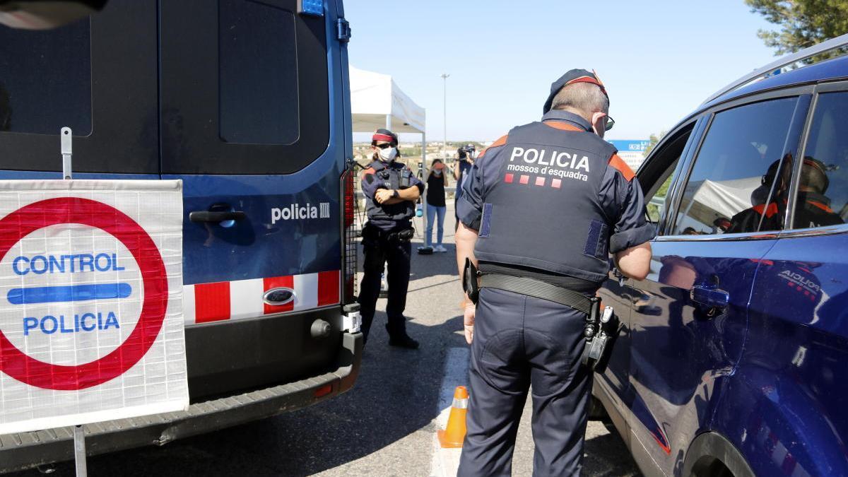 Control de mossos pel confinament del Segrià a l'accés a l'A-2 per la sortida de l'AP-2, a Soses.