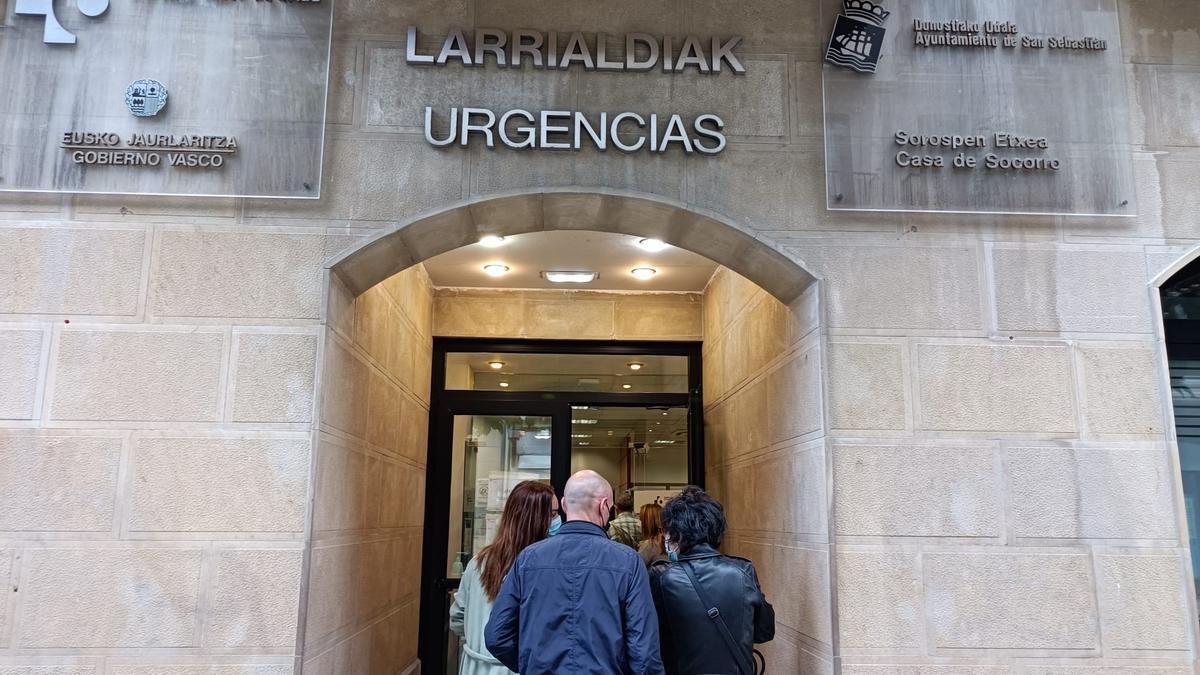 Familiares de jóvenes vascos contagiados en el macrobrote de Mallorca entregan muestras en el cribado.