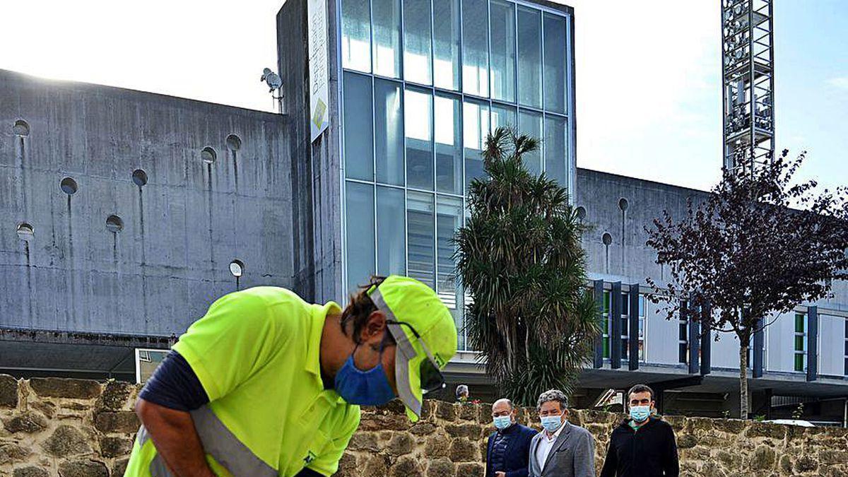 El alcalde (al fondo) visita las obras en la avenida de Coruña.