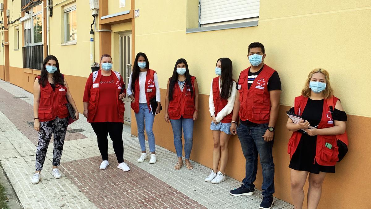 El equipo que está llevando a cabo la campaña en una barrio de Benavente.