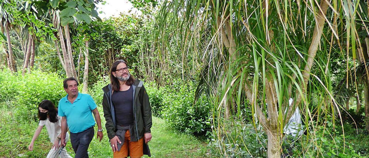 José Manuel Alba (a la izquierda) con Carlos Magdalena, ayer, en uno de los rincones del jardín. | D. Álvarez