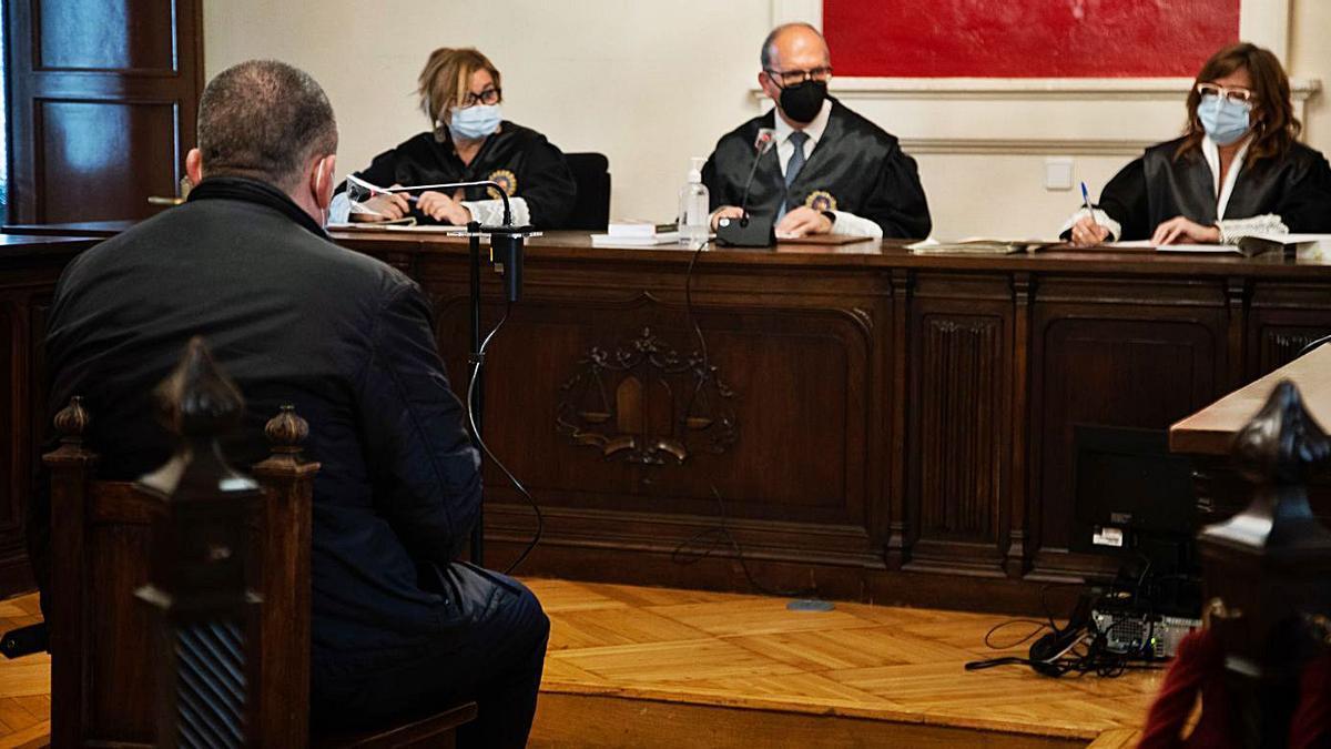 El empleado bancario declara ante los magistrados en el juicio de ayer.