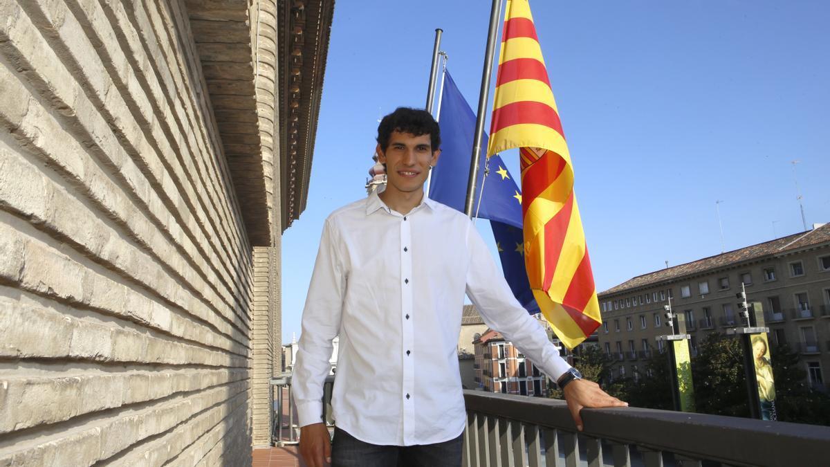 Jesús Vallejo, en el balcón del Ayuntamiento de Zaragoza.