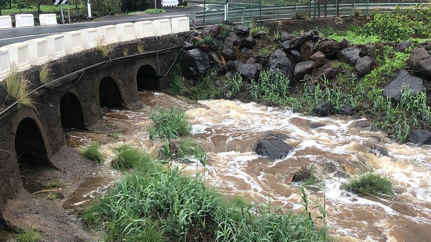 La lluvia y el viento producen desprendimientos, caída de árboles, cortes eléctricos y de telefonía