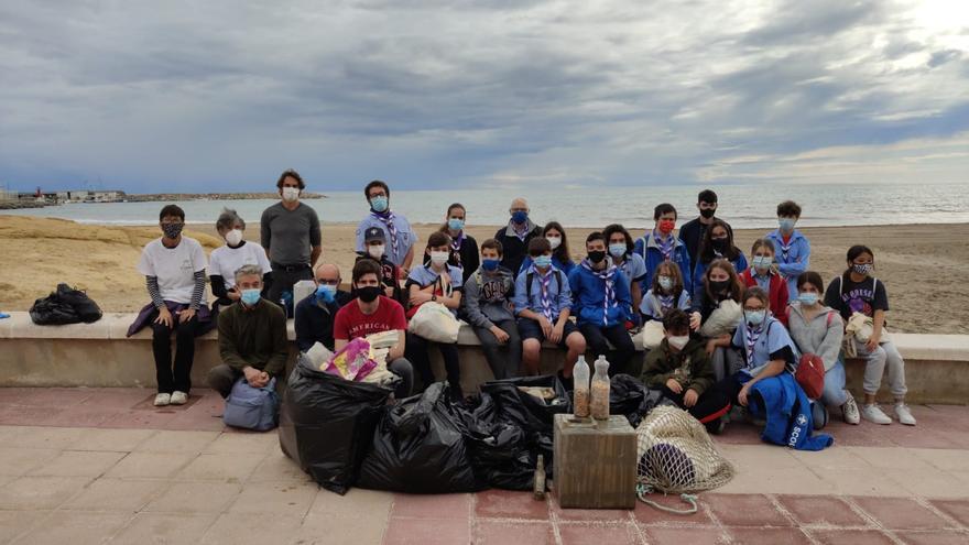 Jornada de limpieza de playas en El Campello por parte del voluntariado medioambiental