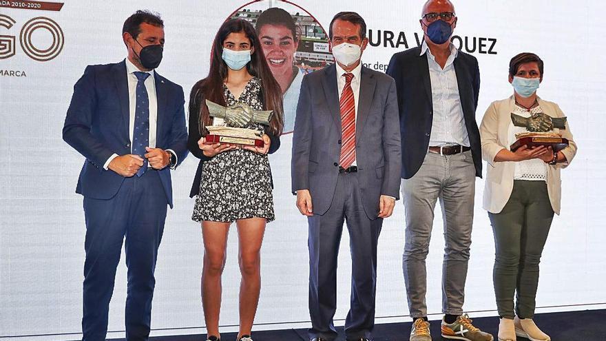 Las hermanas de Laura Vázquez y de David González, con los trofeos junto a José Luis Romero, Abel Caballero y Rogelio Garrido.    // RICARDO GROBAS