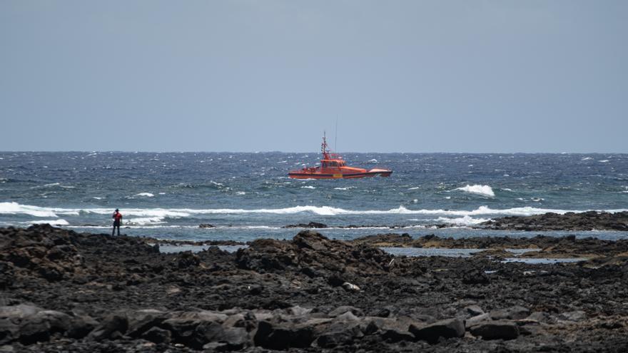 Rescatan una patera con 28 migrantes cerca de la isla de Lanzarote y se busca a 11 desaparecidos en el mar
