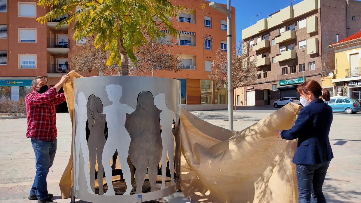 El jardín Adolfo Suárez cuenta con una escultura dedicada a las mujeres víctimas de violencia de género