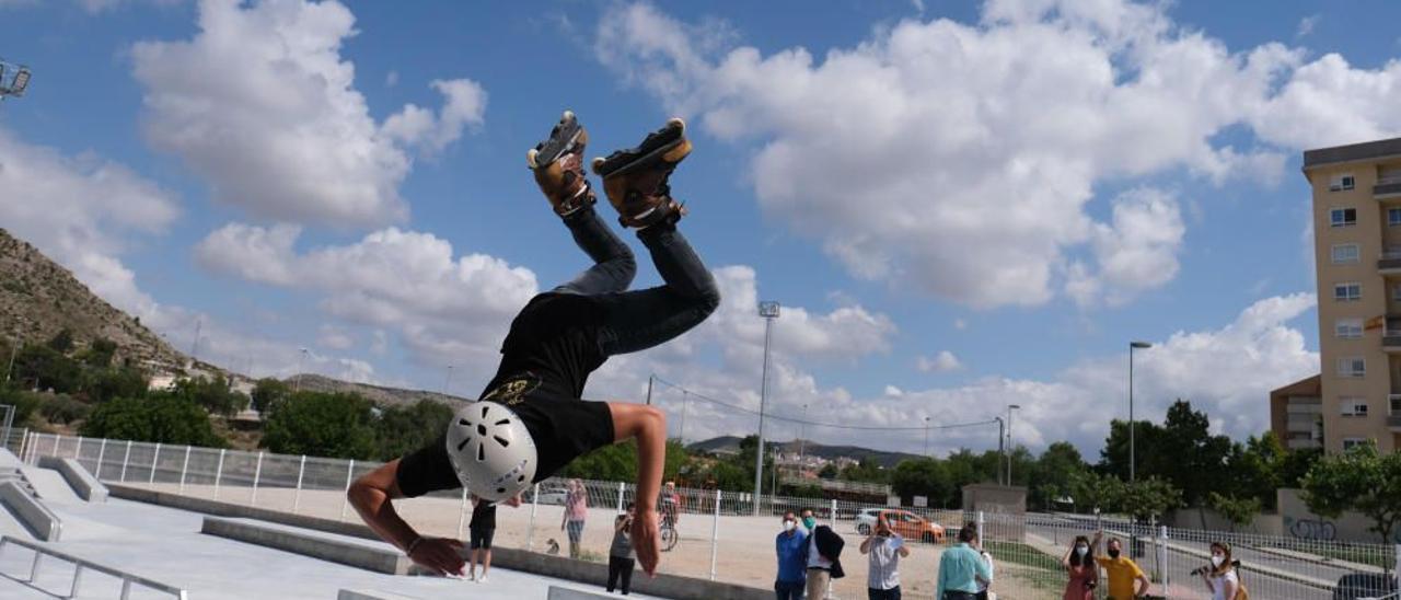 Piruetas en el aire durante la inauguración del Skate Park de Elda.