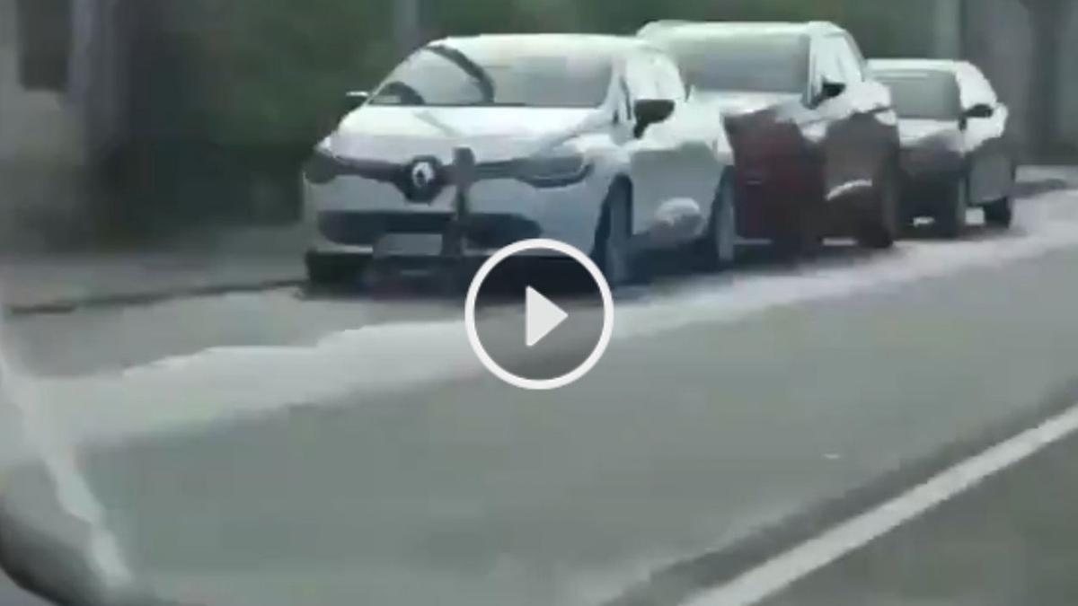 El Renault Clío blanco de Vigo que lleva un radar veloláser, en Valladares.