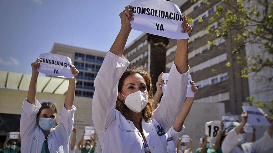 Sanidad cede y planea una OPE de médicos en Canarias sin examen y por gerencias