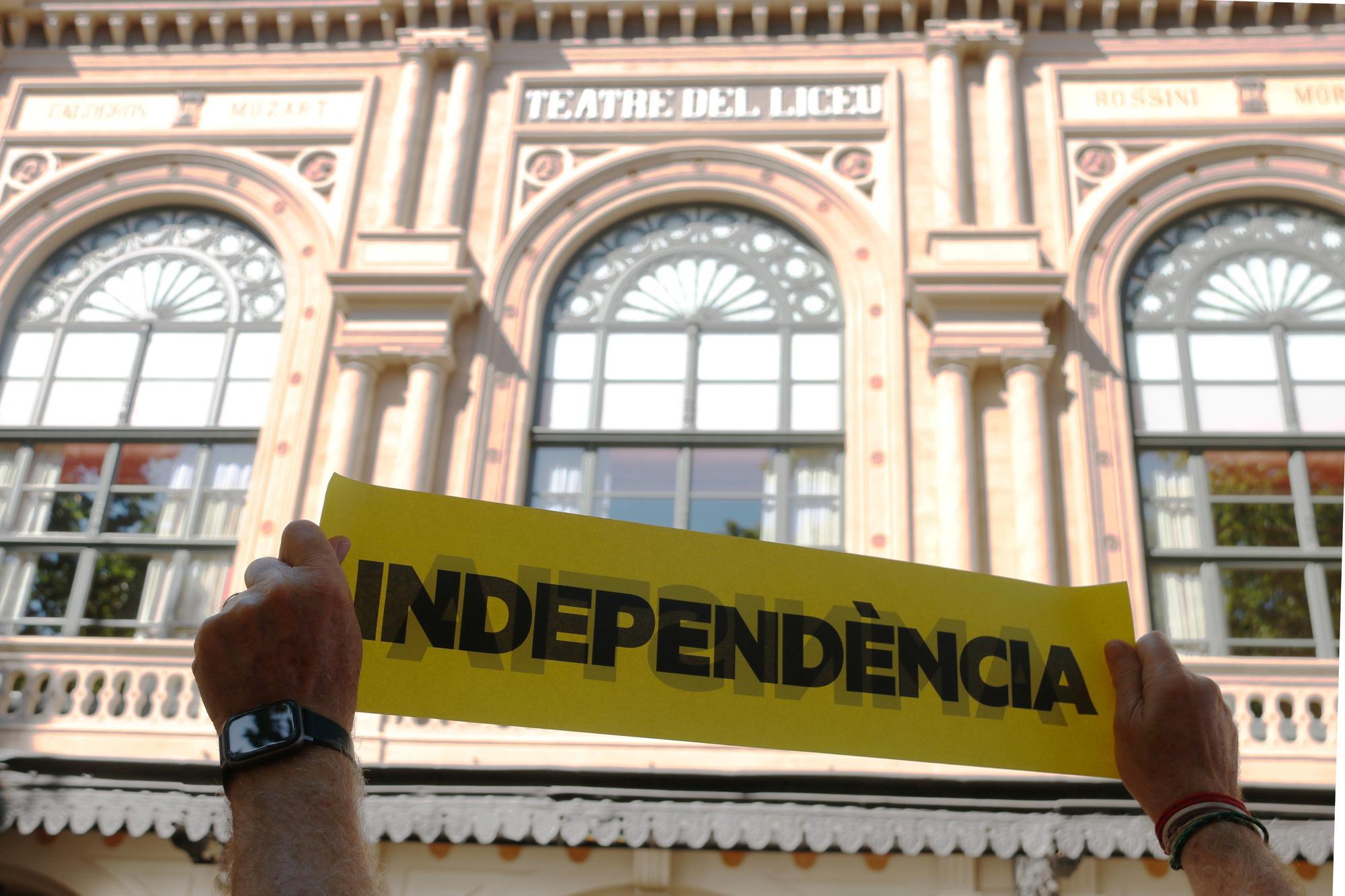 Protestes davant el Liceu per la conferència de Pedro Sánchez