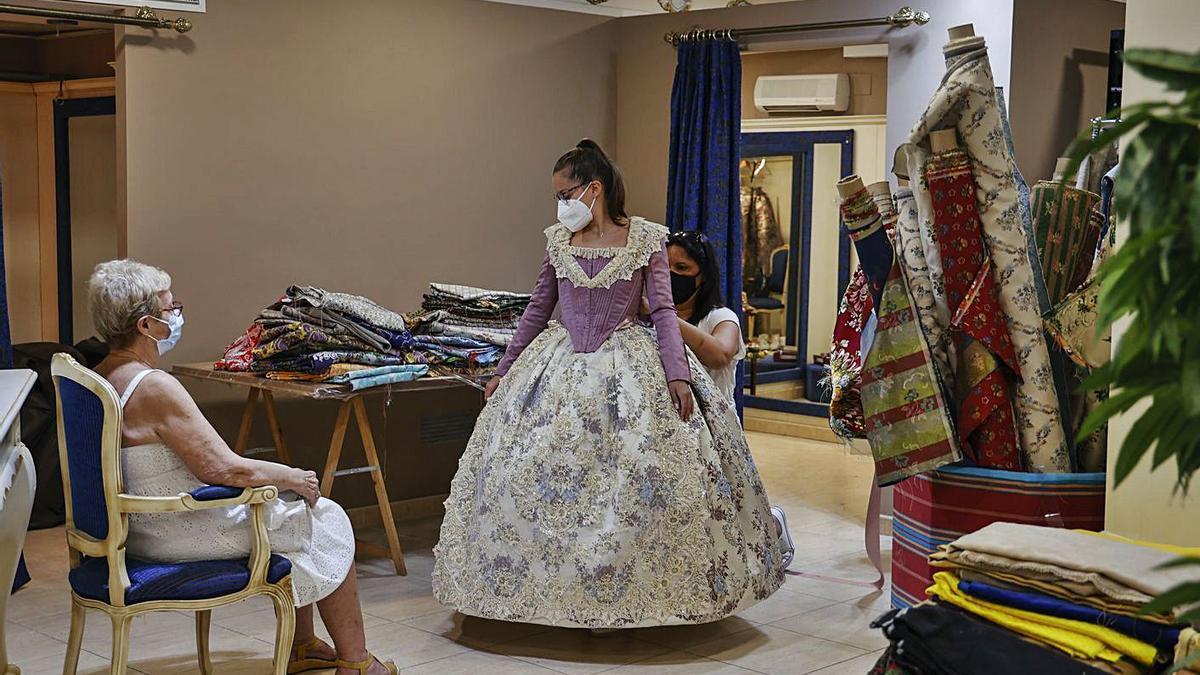 Pruebas de trajes de fallera en la tienda Álvaro Moliner de València, ayer. | F. BUSTAMANTE