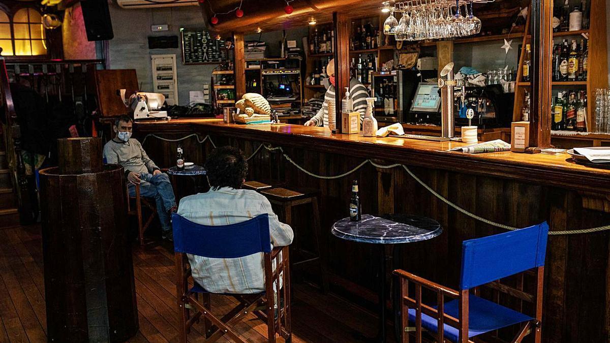 Dos clientes, en el interior de un bar en Zamora capital. |