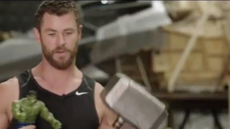Thor se monta su 'Infinity War' de juguete