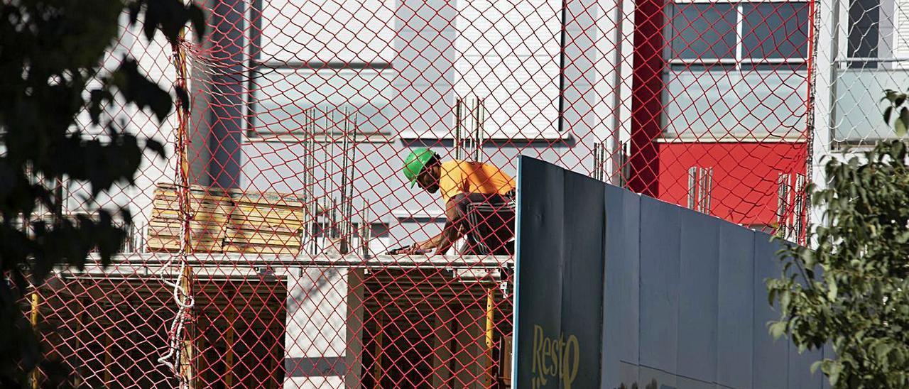 Un operario de obra trabaja sobre un edificio en construcción en Xàtiva, en una imagen de junio | PERALES IBORRA