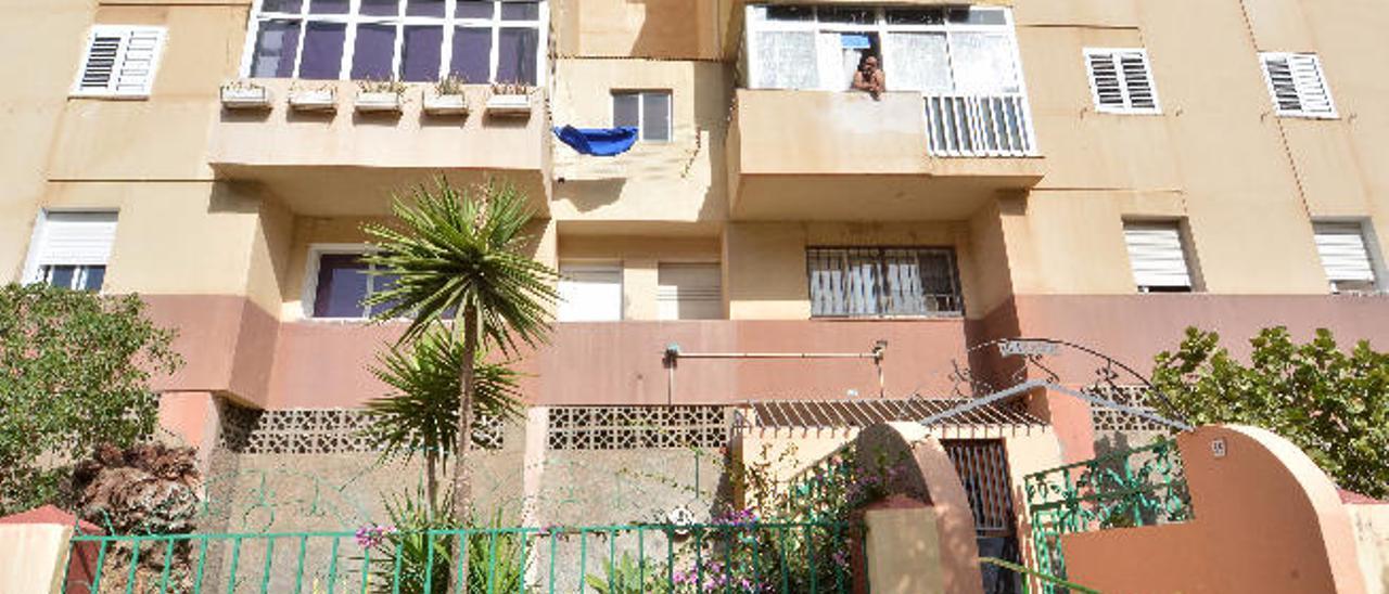 Bloque de pisos de la calle Manuel Alemán, donde reside el matrimonio con sus hijas.