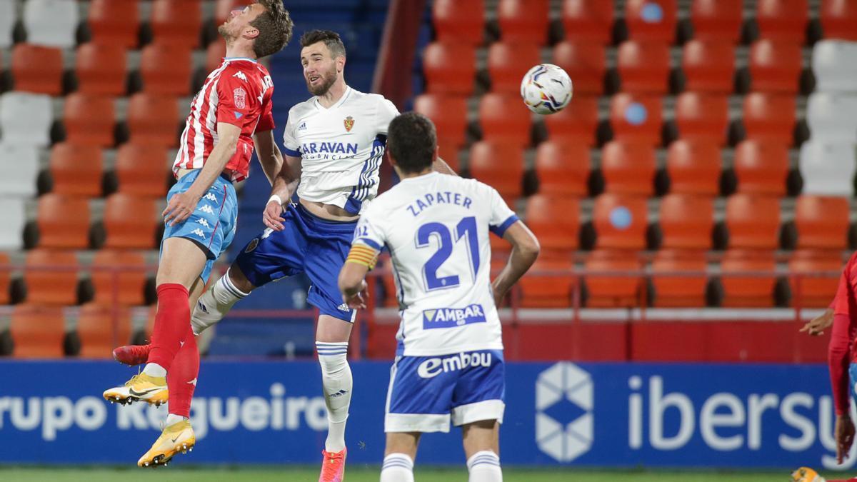 Peybernes salta por un balón junto al delantero del Lugo Manu Barreiro.