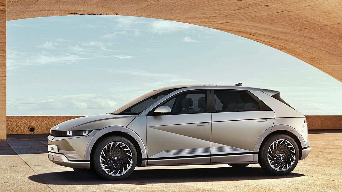 AVANZADO Junto a la opción de carga ultra rápido, Hyundai ofrece la opción de techo solar con placas fotovoltaicas con el objeto de aumentar su autonomía.