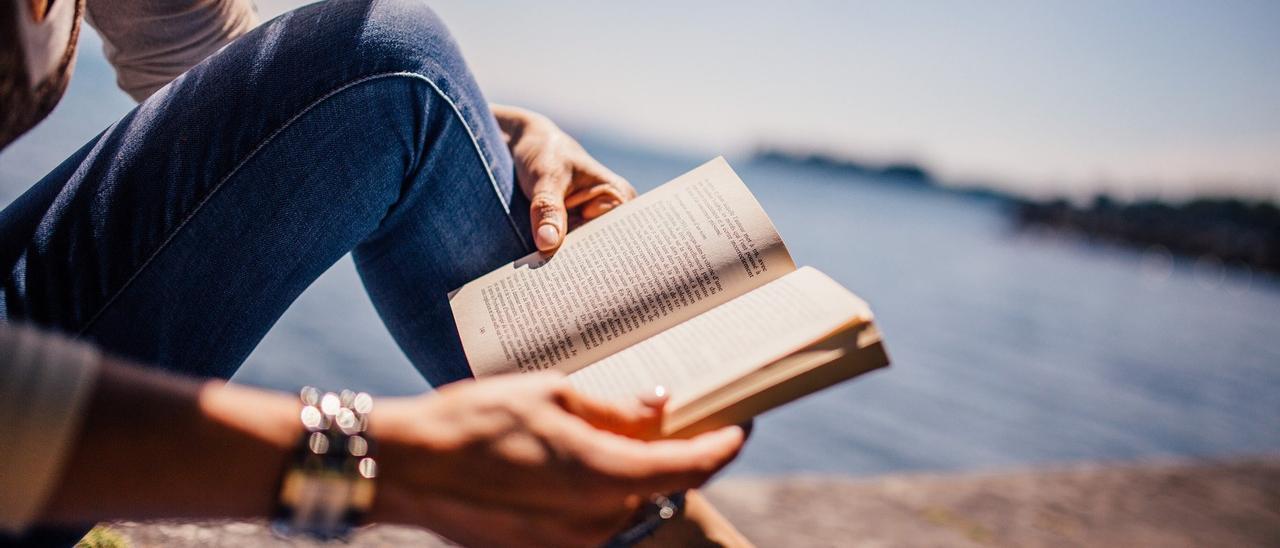 Imagen de archivo de una persona con un libro