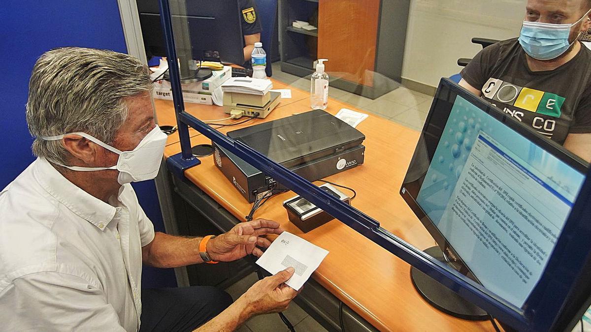 Un home renovant el seu carnet d'identitat a l'oficina de la Policia Nacional de Girona, ahir al matí.   MARC MARTÍ